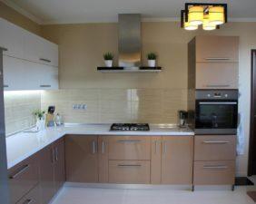 Кухня с коричневым крашенным фасадом