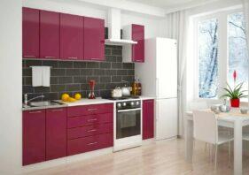 Прямая кухня с малиновыми фасадами