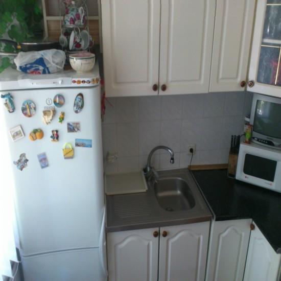 Маленькая Кухня с холодильником у окна