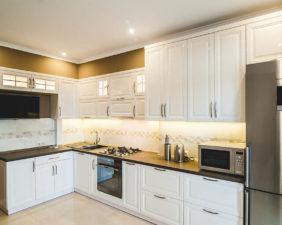 Кухня с белыми крашенными фасадами