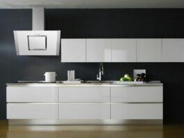 Прямая глянцевая белая кухня