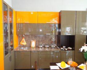 Кухня с оранжево-коричневыми фасадами