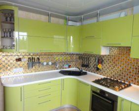 Зеленая кухня с крашенными фасадами