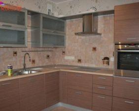 кухня в коричневых фасадах