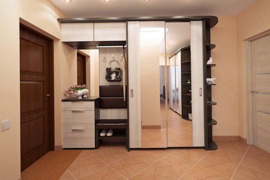 Шкаф купе в прихожей с зеркальными фасадами